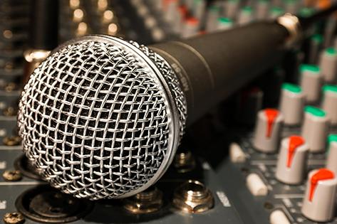 Music Hungary cikkek - Pályázati borítókép (mikrofon a keverőpulton)